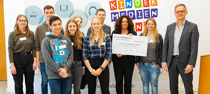 Ein Team der HdM um Prof. Dr. Sabiha Ghellal (3. von rechts) wurde für ein Game-Projekt ausgezeichnet. Foto: Christian Reinhold/Landesmedienzentrum BW