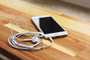Audioplattformen kämpfen durch Eigenproduktionen um ihre Hörer.