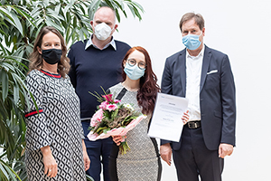 Martina Schumacher (International Office), Vice-rector Prof. Dr. Nils Högsdal and academic dean Prof. Dr. Volker Jansen with Laura Cirstea (credits: Matthias Galus)