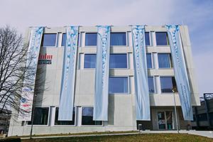 Die HdM gratuliert ihren Absolventinnen und Absolventen mit einem dekorierten Gebäude (Fotos: Christopher Müller)
