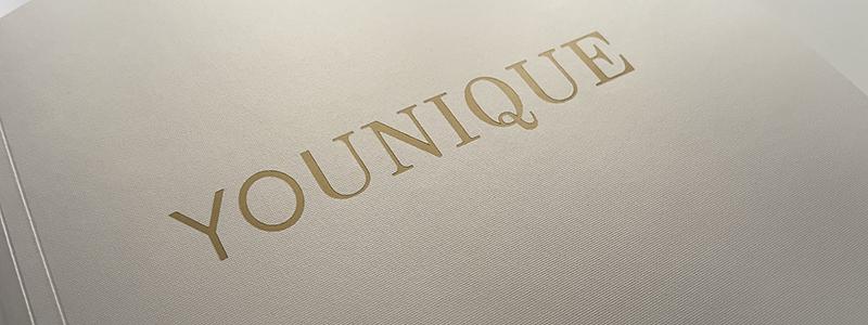 Das Cover des Lookbooks besticht durch hochwertiges Material in einem edlen Goldton, Foto: Projektteam YOUNIQUE