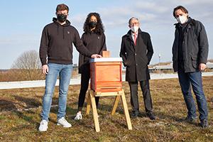 Tobias Hinderer, Emma Mbah, Peter Marquardt und Prof. Dr. Bernhard Dusch bei der Aufstellung des Bienenhauses (Foto: Leonie Laufer)