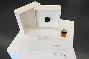 Der HdM-Honig wird als exklusives Geschenk überreicht (Foto: Bernhard Dusch)