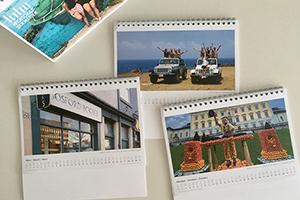 Der Kalender für das Jahr 2022 mit Motiven aus Nah und Fern weckt die Austauschlust (Foto: Akademisches Auslandsamt).