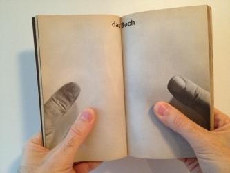 Das Buch bist DU! Und das Medium ist nicht nur die Botschaft, sondern auch eine Massage der Sinne: behaupteten schon der Medientheoretiker Marshall McLuhan und die Designer und Graphiker Quentin Fiore und Jerome Agel in ihrem Bestseller 'The Medium Is the Massage' (orig.: Random House 1967). Foto: Oliver Zöllner