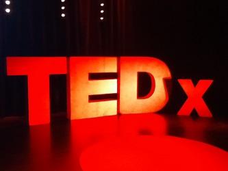Kurz vor dem Vortrag: Die Bühne der TEDxStuttgart-Talks im Renitenztheater (Foto: Oliver Zöllner)