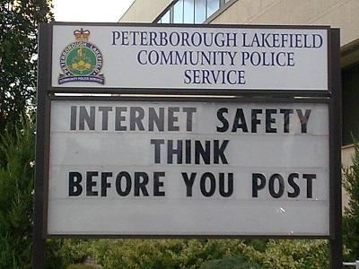 Nachdenken, bevor man etwas postet: Das ist auch das Leitmotiv der Digitalen Ethik. Hinweisschild einer kanadischen Polizeibehörde, 2010 (Foto: Oliver Zöllner)