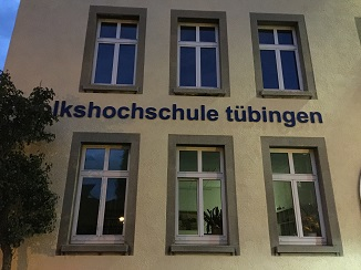 Die Volkshochschule Tübingen im Mondenschein: ein guter Ort für Diskussionen und Diskurse. (Foto: Oliver Zöllner)
