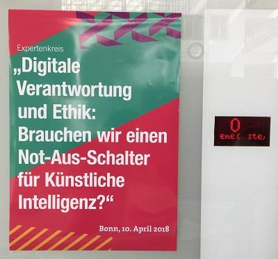 'Brauchen wir einen Not-Aus-Schalter für Künstliche Intelligenz?' fragte die Deutsche-Telekom-Stiftung im Rahmen einer Experten-Diskussionsrunde am 10. April 2018. Der Schalter neben dem Plakat ist ein ganz normaler Aufzugknopf. (Foto: Oliver Zöllner)