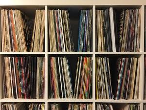 So steht das Vinyl nun in der Wohnung herum und wird angebetet. Schätzungsweise 40 Prozent aller gekauften Vinylplatten werden nie gehört, sondern nur ... gesammelt. (Foto: Oliver Zöllner)