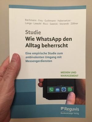 Wie WhatsApp den Alltag beherrscht: als Buch 2019 im Reguvis Bundesanzeiger-Verlag erschienen (Foto: Oliver Zöllner)