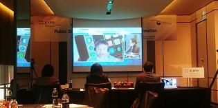 Daran gewöhnt man sich nun. Die KAPD-Konferenz fand 2020 teils in Präsenz in Seoul statt, teils online: Oliver Zöllner bei seinem Vortrag, hier im Saal virtuell in Korea (Foto: SunHa Yeo).